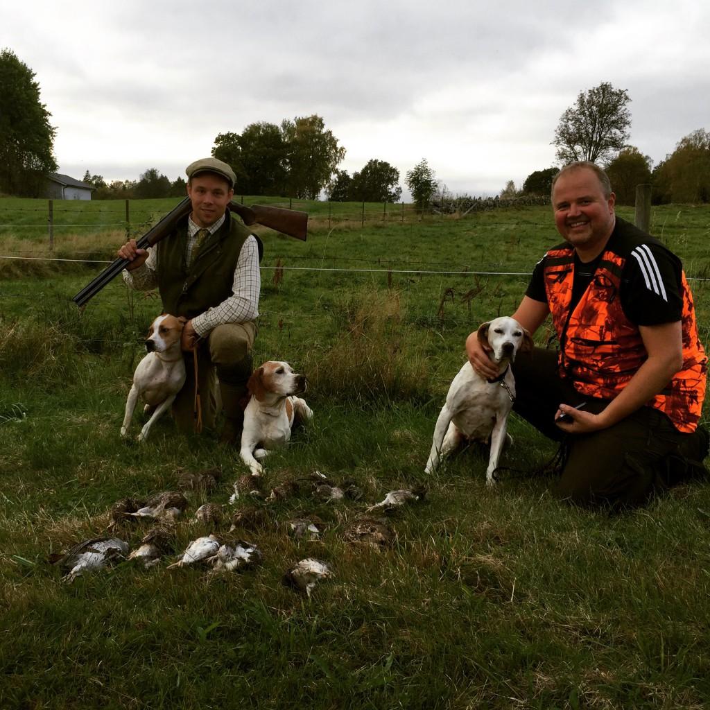 Trötta hundar och nöjda jägare efter en fin jaktdag i Torestorp